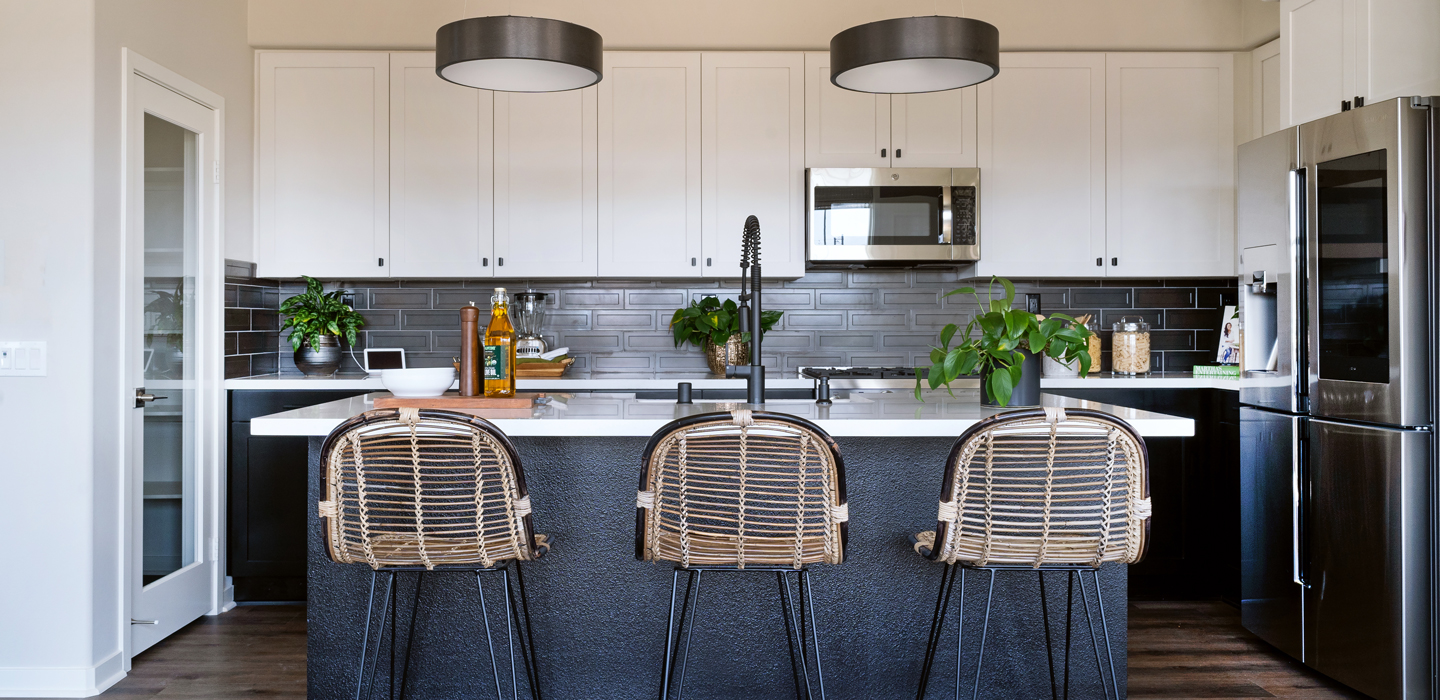 The Cottonwood - Kitchen with bar stools